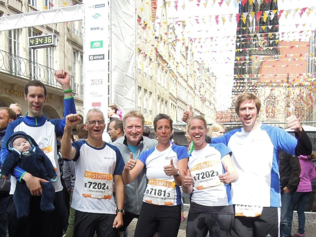 So sehen Sie(ger) aus: Matthias, Peter, Frank, Conny, Katharina und Fabian vor dem Marathon-Ziel auf dem Prinzipal-Markt. Es fehlen Stephanie und Charly.